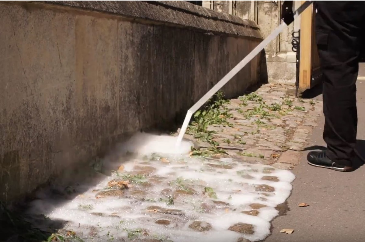 Foam on weeds treating cobbles - Press Weedingtech Foamstream